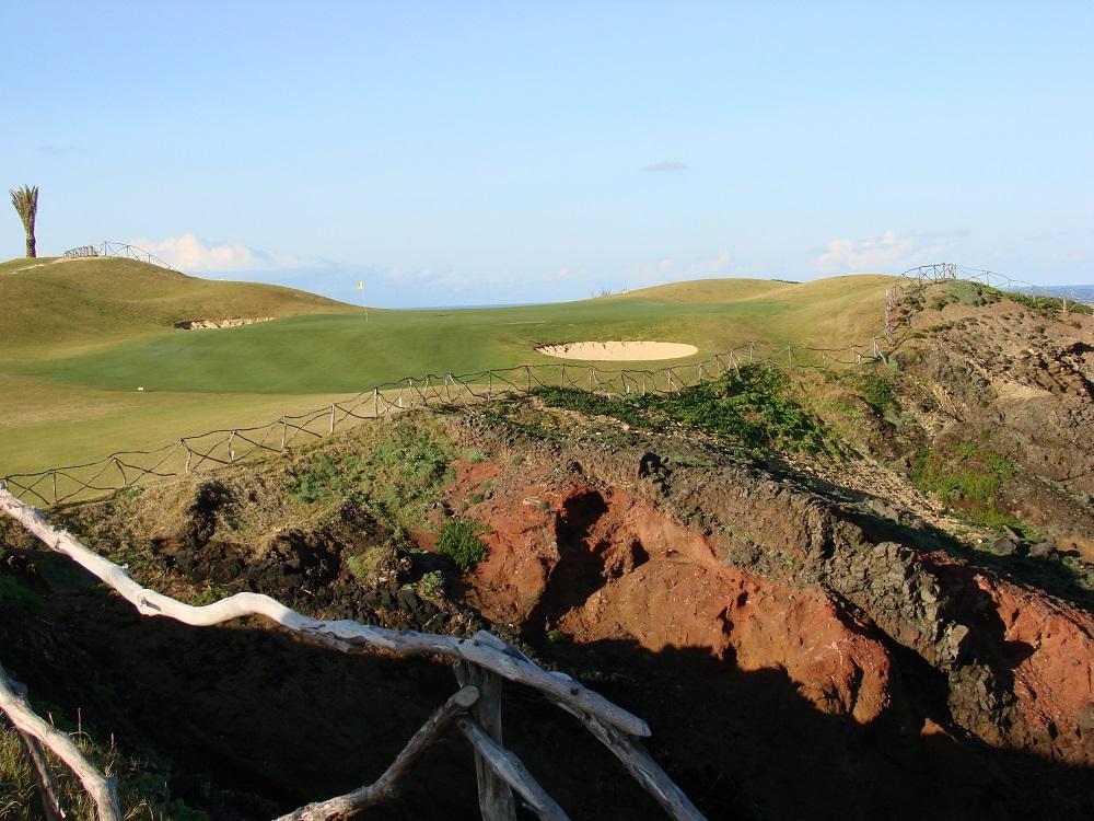 Falaise et fairway sur le golf de Porto Santo au Portugal
