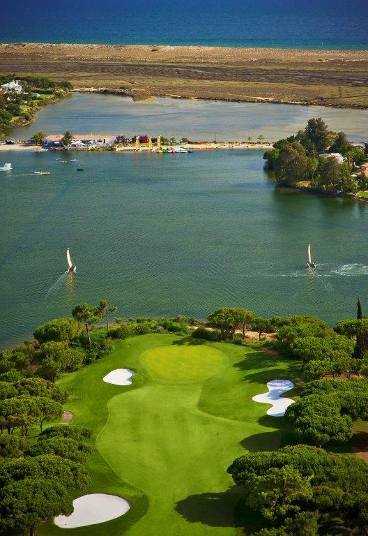 Vue aérienne du golf de Quinto do Lago Sur au Portugal