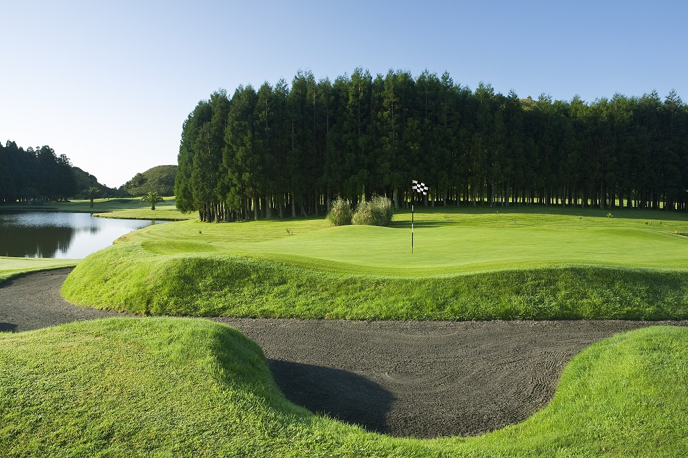 Large green et bunker sur le golf de Furnas sur l'île d'Açores au Portugal