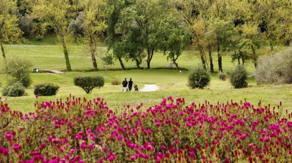 Golfeurs sur le golf Lisbon Sports Club au Portugal