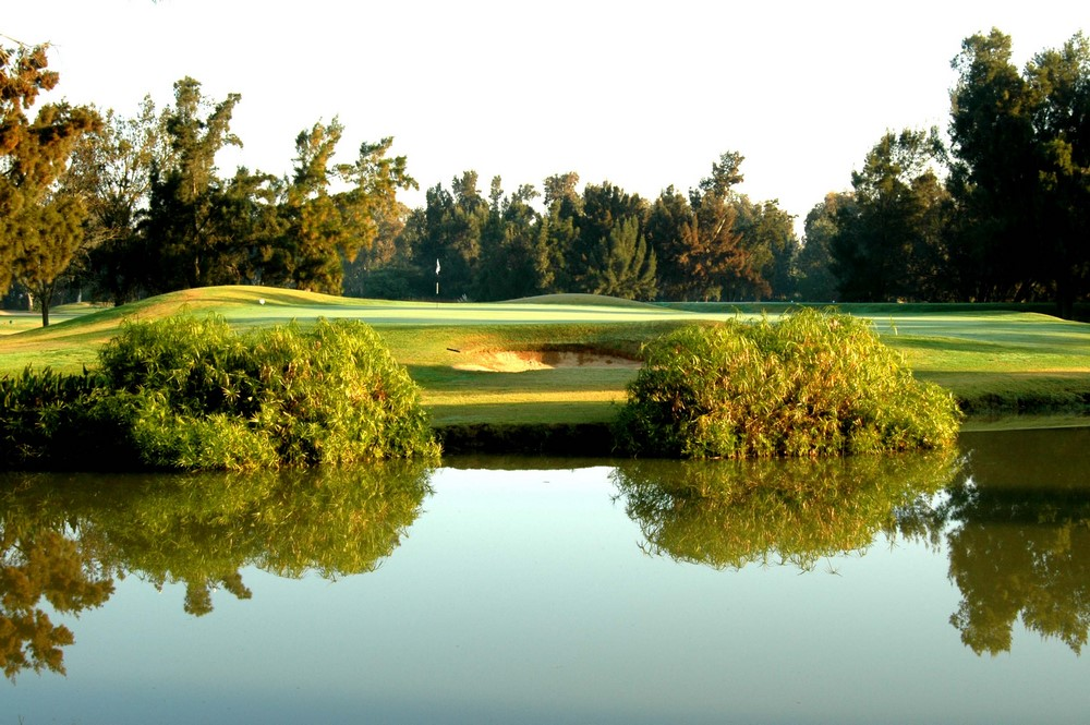 Un étang près du green du golf de Penina Championship au Portugal
