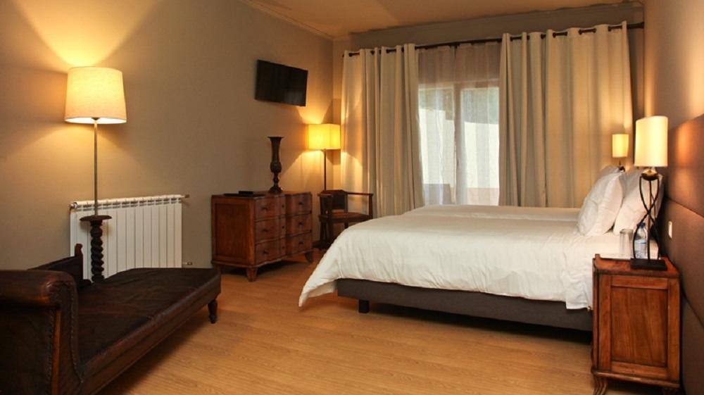 Une chambre de l'hôtel Quinta Abelheira.
