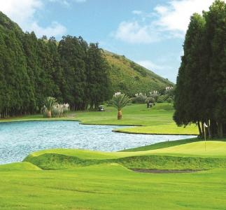 L'obstacle d'eau du golf de Furnas sur l'île d'Açores au Portugal