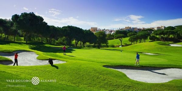 Golfeurs jouant sur le golf de Vale do Lobo Royal au Portugal
