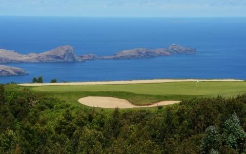 Large green, bunker et vue ocean sur le parcours de Santo da Serra au Portugal