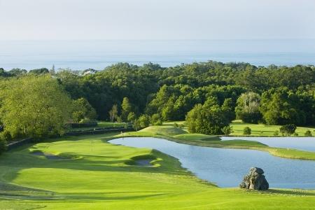 Vue sur un obstacle d'eau et sur le green sur le golf de Batalha sur l'île d'Açores au Portugal
