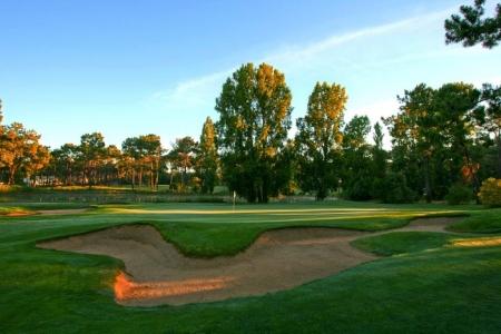 Green et bunker sous le soleil couchant du golf d'Aroeira n°1 au Portugal