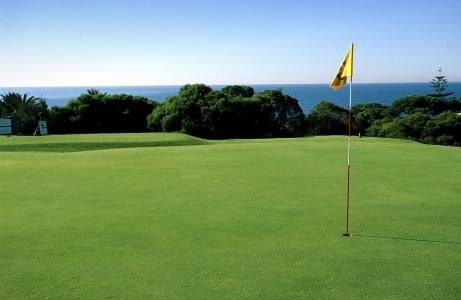 La drapeau jaune du golf de Quinta Marinha au Portugal