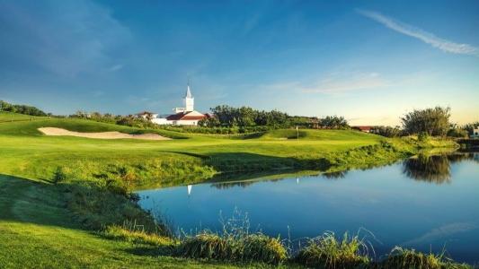 Eglise pres golf de Praia del rey au Portugal