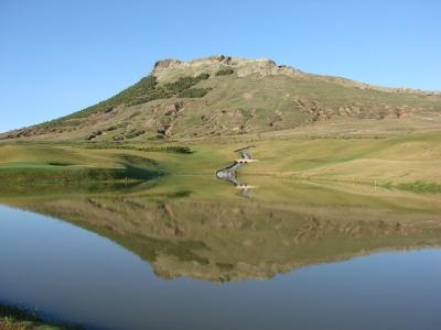 Lac et montagne sur le golf de Porto Santo au Portugal