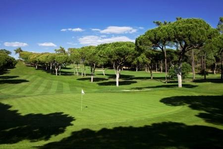Fairway et green du golf Oceanico Old au Portugal