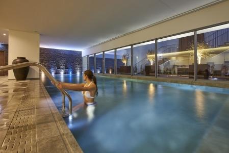La piscine intérieur de l'hôtel Porto Bay.