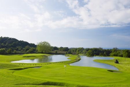 Obstacles d'eau et green sur le golf de Batalha sur l'île d'Açores au Portugal
