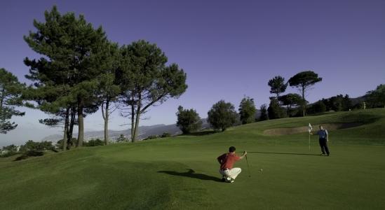 Golfeur au putting sur le parcours de Palheiro
