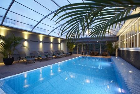 La piscine couverte de l'hôtel le porto serra.