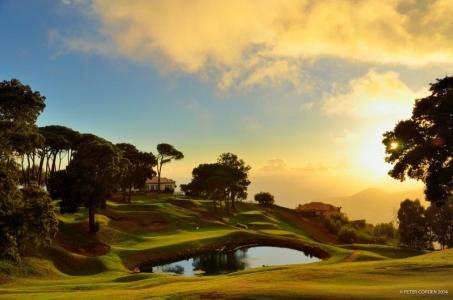 Crépuscule sur le golf de Pelheiro au Portugal