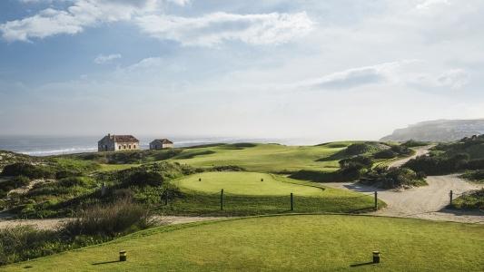 Les départs du troisème trou du golf de Praia Del Rey au Portugal
