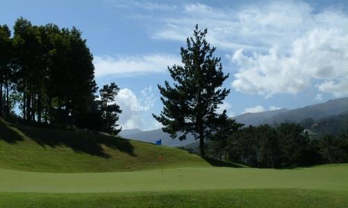 Large green et montagne sur le parcours de Palheiro