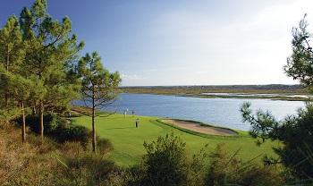 Large green et lac sur un parcours dans l'algarve au Portugal
