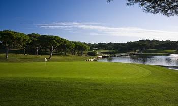 Large green et obstacle d'eau sur le parcours 'Sur' de Quinta do Lago