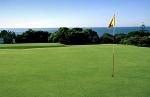 Large  green et drapeau sur le parcours de Quinta da Marinha