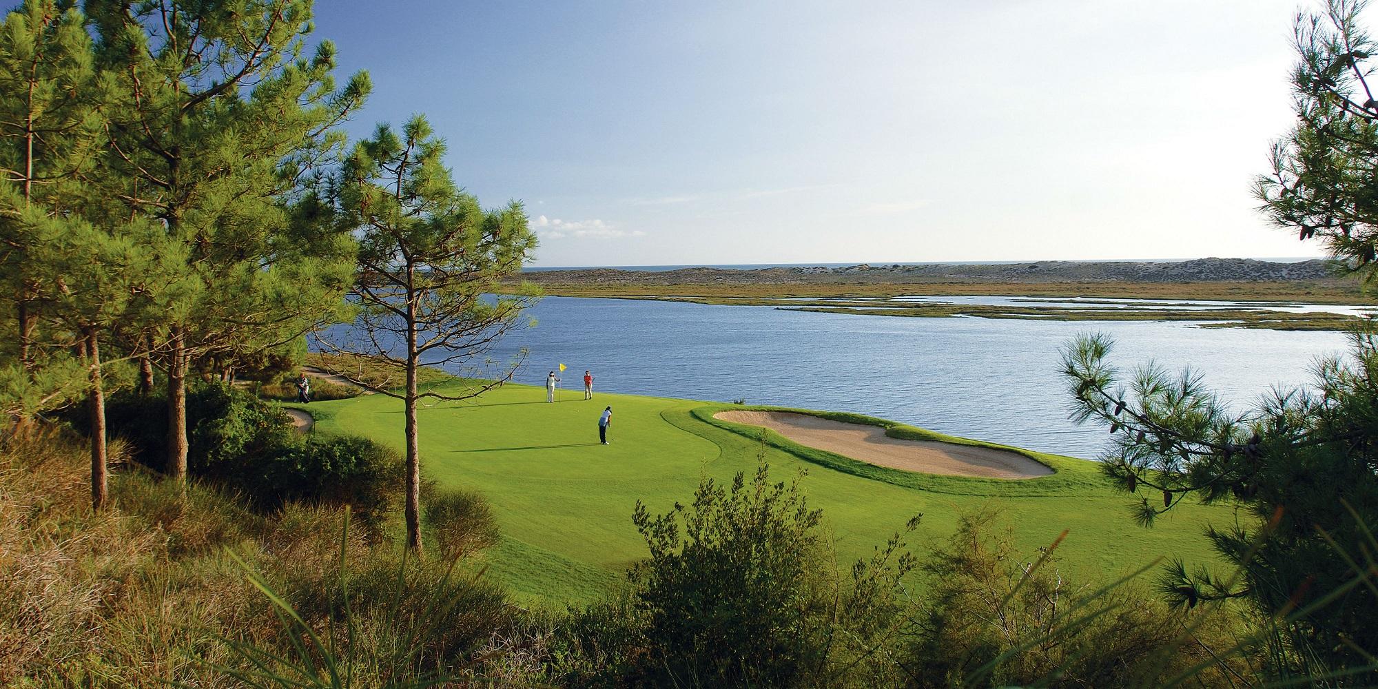 Golfeur sur un green du terrain