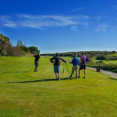 Golfeurs sur un départ du golf
