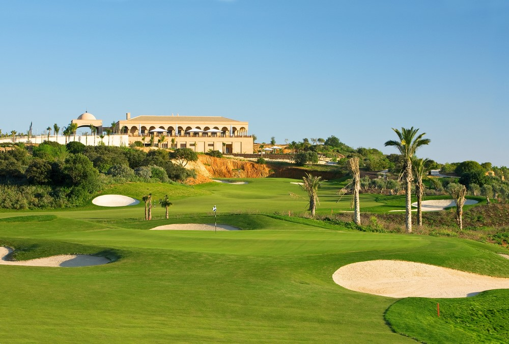 Photo d'un green, d'un fairway et du club-house du golf Oceanico O'Connor en Algarve pour le climat au Portugal
