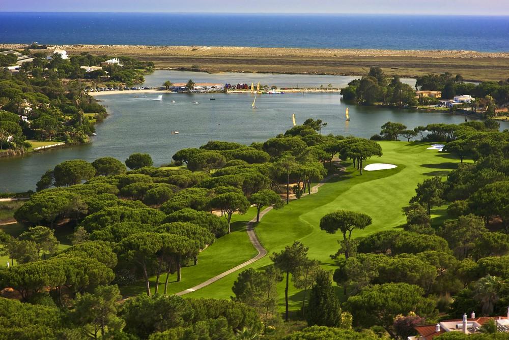 Vue aérienne d'un green du Quinto do Lago Sur en Algarve au Portugal