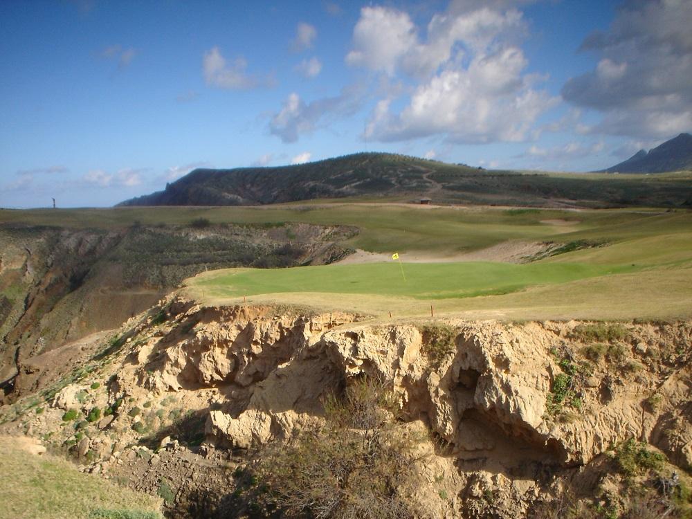 Vue des falaises du golf Porto Santo à Madère au Portugal
