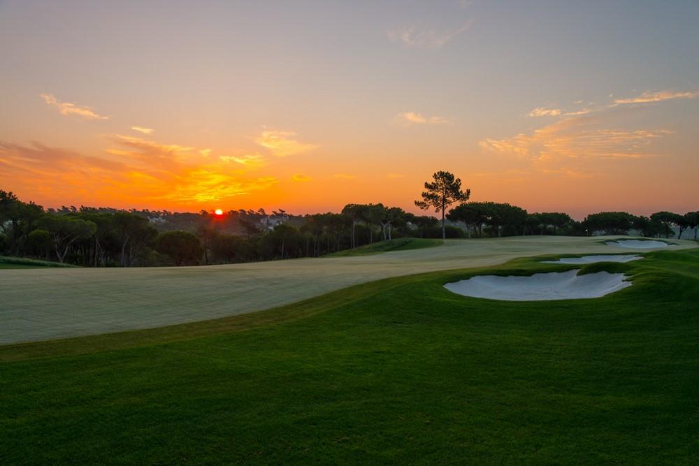 Coucher de soleil au golf de Quinto do Lago dans la région de Vilamoura en Algarve au Portugal