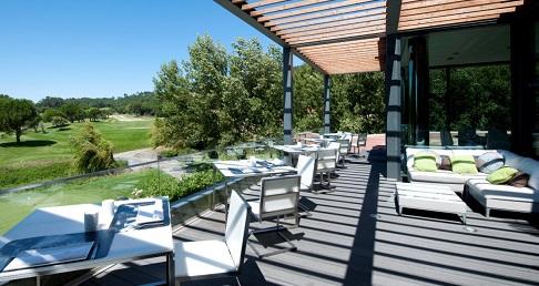 Terrasse abvec vue sur le golf sur le parcours de Pehna Longa au Portugal