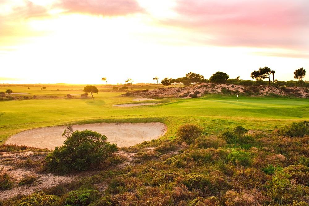 coucher de soleil et bunker sur le parcour Oitavo Dunes à Lisbonne